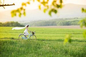 brud med cykel foto