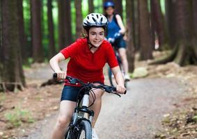 två kvinnor cyklar foto