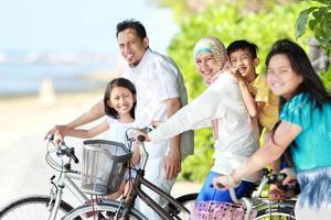 lycklig familj med cyklar foto