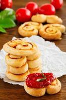 """smördegs """"öron"""" med soltorkade tomater och rosmarin. foto"""
