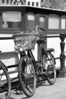 cykel mot husbåten i Amsterdam, Nederländerna foto