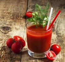 färsk tomatsaft med örter och tomater, selektiv fokus foto