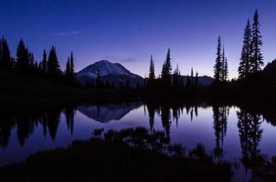 mt. regnigare på natten från övre tipsoo sjön med stjärnor foto