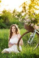 ung kvinna med cykel foto