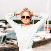 vacker flicka med stadscykel vid havet pir foto