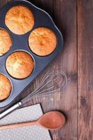 bakplatta med bakade muffins foto