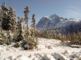 bergstopp med höga cirrusmoln foto