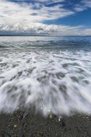 vågor på stranden vid edmonds washington 2 foto