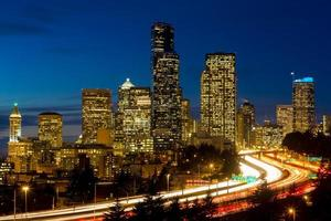 seattle cityscape på kvällen foto