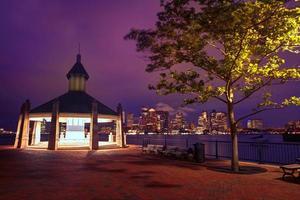 boston horisont vid solnedgången bryggor parkera Massachusetts foto