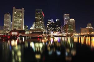boston skyline i skymningen, usa foto