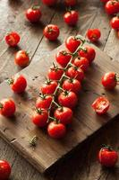 råa organiska röda körsbärstomater foto