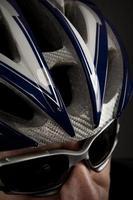 manlig cyklist med solglasögon foto