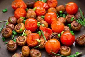 rostade svampar med körsbärstomater foto