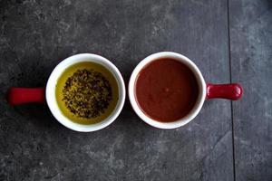 tomatsås och olivolja med basilika foto
