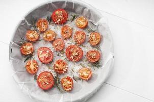 ugnsbricka med tomater foto
