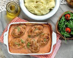 kål och köttbollar i tomatsås foto