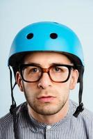 rolig man bär cykelhjälm porträtt verkliga människor högupplöst foto