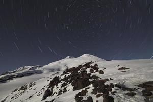 cykel av stjärnor ovanför elbrus, Kaukasus foto
