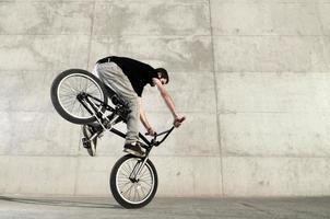 ung bmx cykelrytter