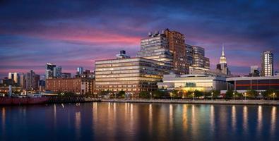 Chelsea byggnader vid solnedgången från hudson River, New York City foto