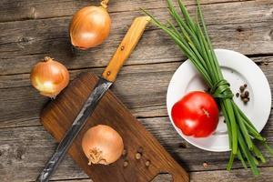 gräslök, lök och tomat foto