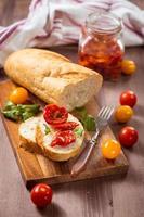 mellanmål med torkade tomater foto