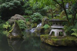 damm och vattenfall i japansk trädgård foto