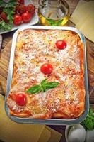 italiensk lasagne på köksbordet foto