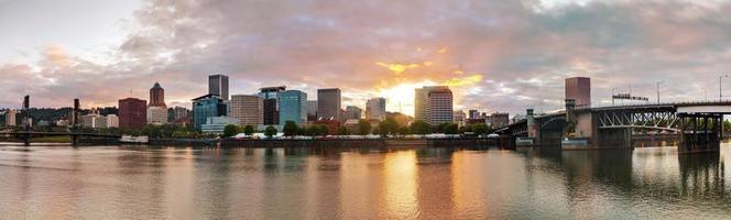 centrum av Portland stadsbild på kvällen foto