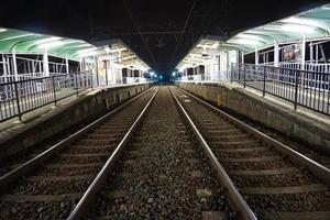 på natten, japanska järnvägen foto
