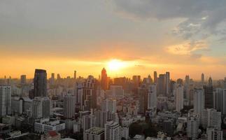 stadsbilden solnedgång på kvällen foto