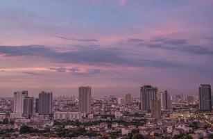 bangkok city på kvällen foto