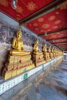 gul buddha på wat suthat thepwararam, bangkok, Thailand: hist