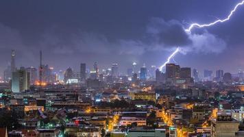 åskväder belysning över Bangkok Thailand foto