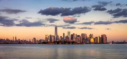 ett världshandelcenter, lägre manhattan vid solnedgången, New York foto