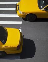 två taxibilar foto