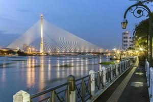 rama 8 bridge i bangkok foto