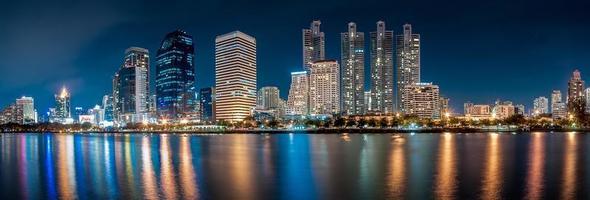 panorama över benjakiti park stadens centrum horisont foto