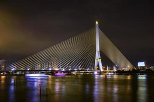 natt stadsbild, bridge rama 8 i bangkok, thailnad foto