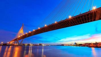 twilight bhumibol bridge med chao phraya river i bangkok thai foto