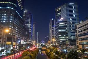 natt trafik på sathorn-narathiwas väg foto