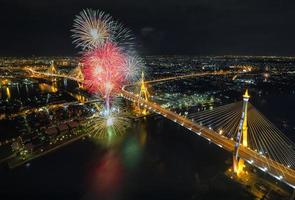 fyrverkeri firande bron foto