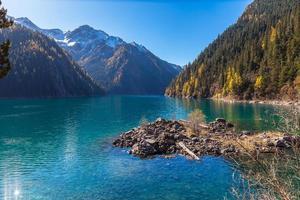 vacker sjö i jiuzhaigou nationalpark