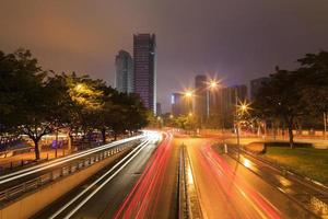 upptagen trafik på natten i Chengdu, Kina