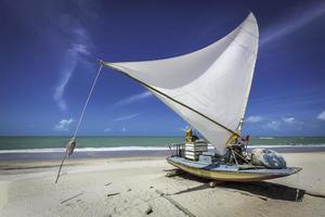 liten fiskebåt på stranden i Natal, Brasilien foto