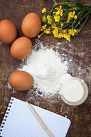 ägg, mjöl, gräddfil, anteckningar för anteckningar foto