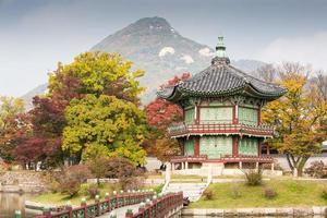 en utsikt över palatset Gyeongbokgung vid ett berg på hösten foto