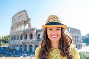 porträtt av leende kvinna på colosseum i Rom foto