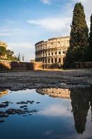 reflektion av colloseum foto